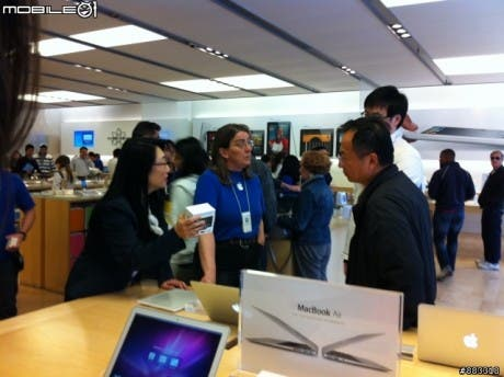 Cher Wang, co-fundadora de HTC, se pasea por una Apple Store