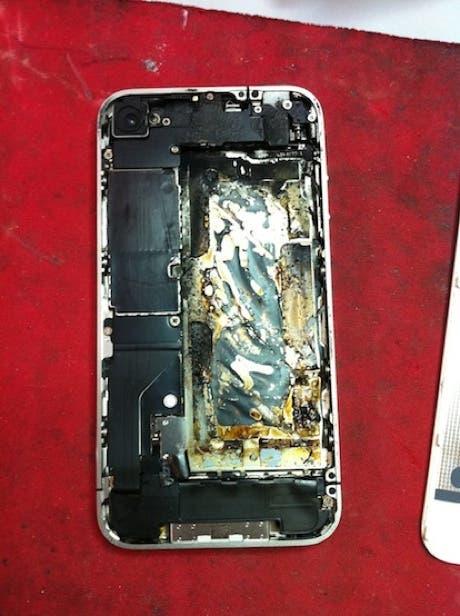 Parte trasera de un iPhone 4 quemado