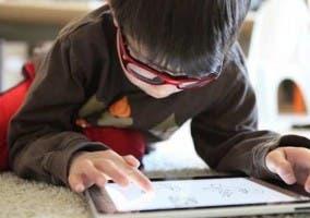 Niño usando un iPad