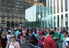 Colas para comprar el iPhone 4