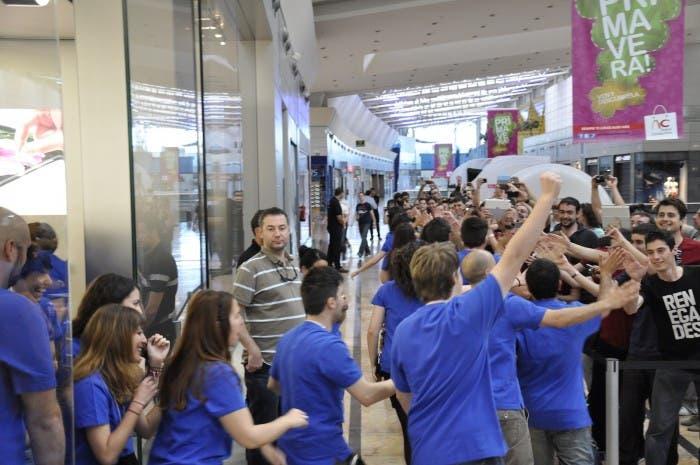 Empleados saliendo en oleada hacia los clientes