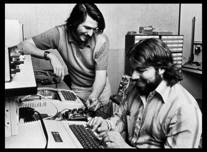Fotografía de Steve Jobs y Steve Wozniak trabajando