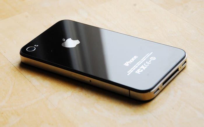 Imagen de un iPhone 4S sobre una mesa de madera