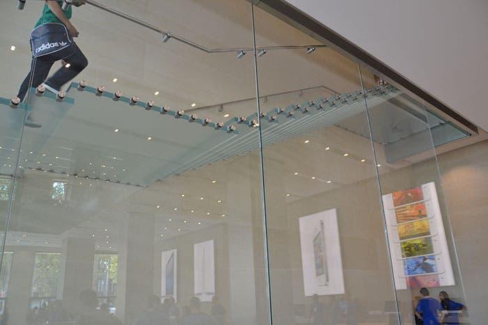 Escalera flotante en la Apple Store de Barcelona
