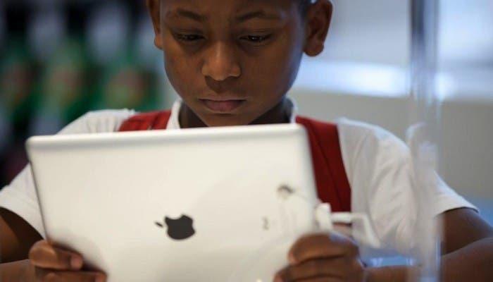Niño usando un iPad en una Apple Store