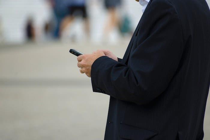 Hombre de negocios usando su BlackBerry