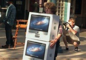 Un patoso joven transporta dos iMac sabiéndo que será el centro de todas las miradas