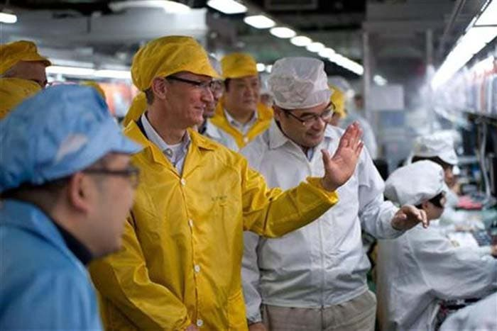 Tim Cook visitando Foxconn en marzo de este año