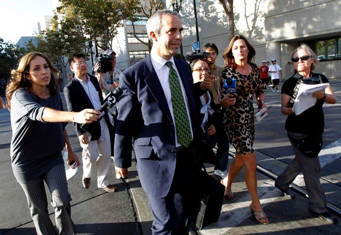 Kevin Johnson, abogado de Samsung, seguido por los reporteros a su salida del juzgado