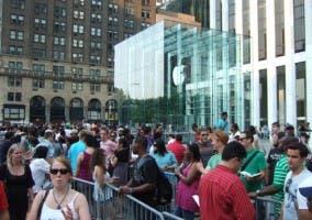Multitud haciendo cola frente al Apple Store