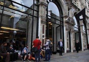 Gente haciendo cola en la Apple Store de Regent Street