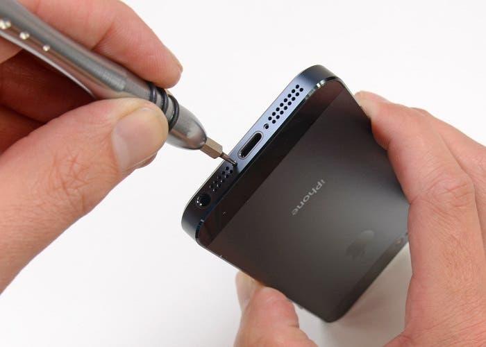 Abriendo la parte inferior del iPhone 5