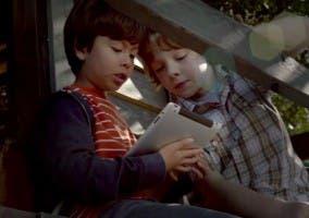 Niños sosteniendo un iPad