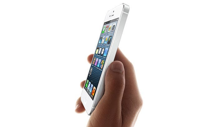 iPhone 5 blanco en la mano
