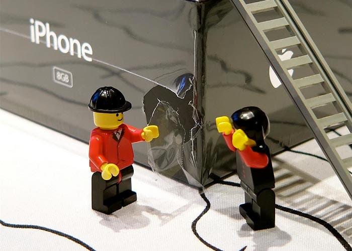 Muñecos de lego abriendo un iPhone