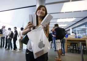 Chica comprando el iPhone 5 en la Apple Store