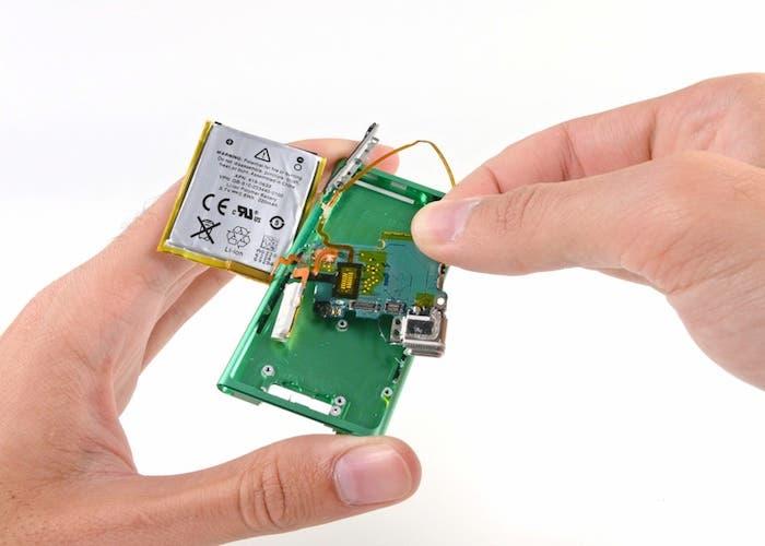 Desmontando el iPod nano 7G: Extracción de la placa base
