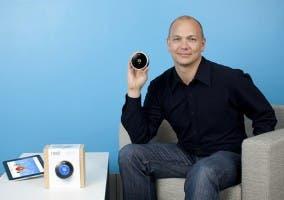 Tony Fadell muestra el termostato de Nest
