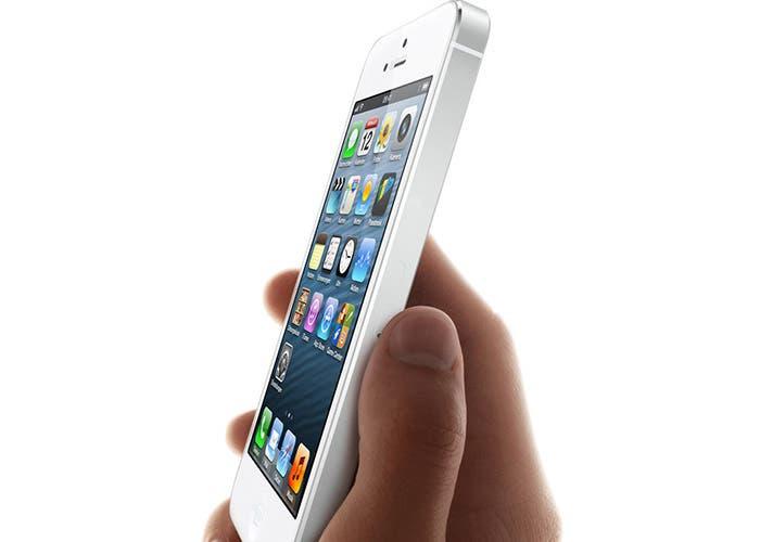 Una mano sujetando el iPhone 5