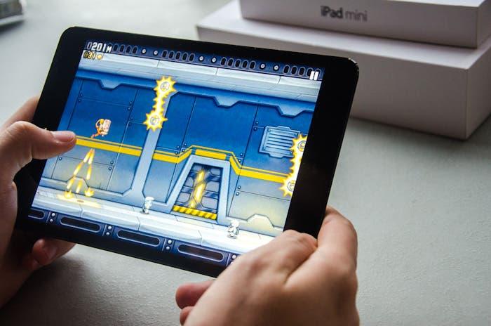 iPad mini utilizando el juego Jetpack Joyride