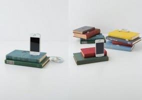 Antiguo libro empleado como soporte cargador para iPhone