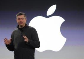 Edy Cue con el logo de Apple de fondo