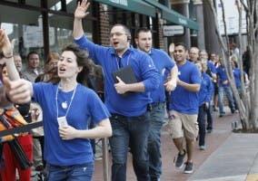 Empleados de Apple tras la salida de un nuevo producto