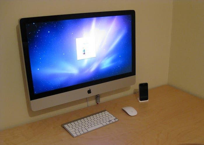 iMac colocado sobre un soporte VESA