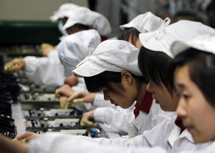 Empleados de una planta de montaje de Foxconn en China