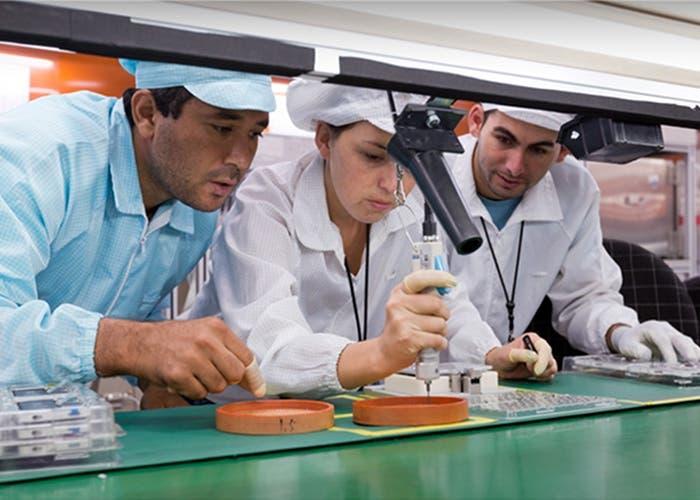 Empleados de la planta de Brasil de Apple