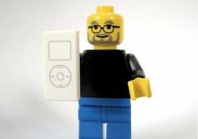 Figura de LEGO que imita a Steve Jobs con un iPod