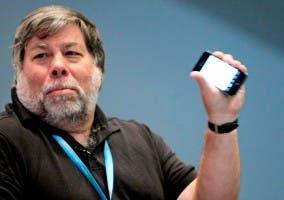 Steve Wozniak sosteniendo un iPhone