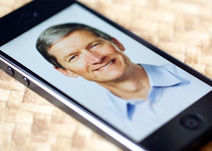 Tim Cook en un iPhone 5