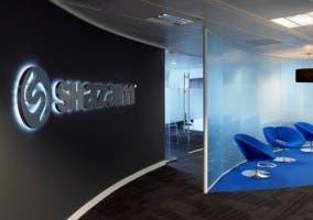 Oficina de Shazam con su logotipo