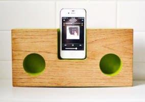 Dock artesanal de madera para iPhone