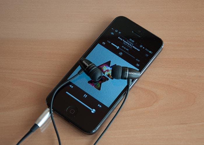 iPhone con auriculares Denon