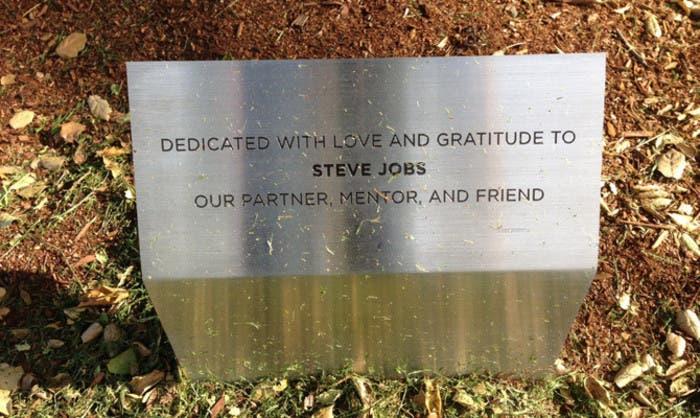 Placa homenaje a Steve Jobs en Pixar