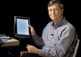 Bill Gates sujetando una Tablet PC