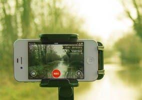 iPhone sobre trípode fotografiando un paisaje