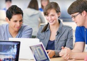 Jóvenes aprendiendo en al Apple Store