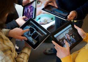 Cuatro personas usando un iPad