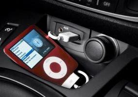 Conexión del iPod al coche por entrada auxiliar