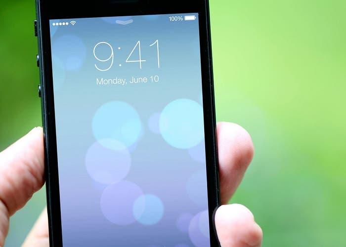 iPhone con fondo de pantalla de iOS 7