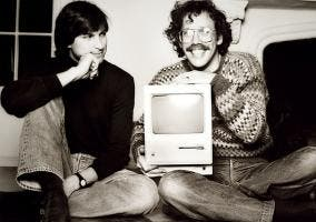 Steve Jobs con un Macintosh y Bill