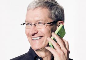 Tim Cook hablando por teléfono