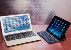 MacBook Air junto a iPad con teclado