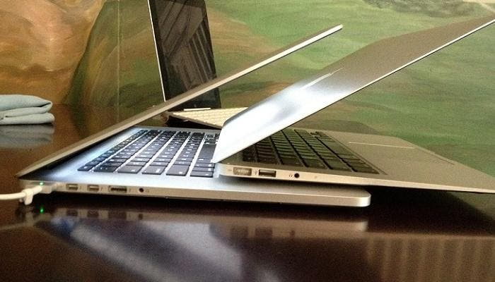 MacBook Air sobre un MacBook Pro Retina junto a un iPad