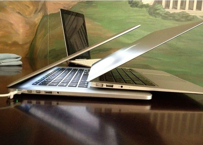 MacBook Air sobre un MacBook Pro Retina junto a un iPad