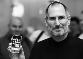 Steve Jobs con un iPhone en la mano