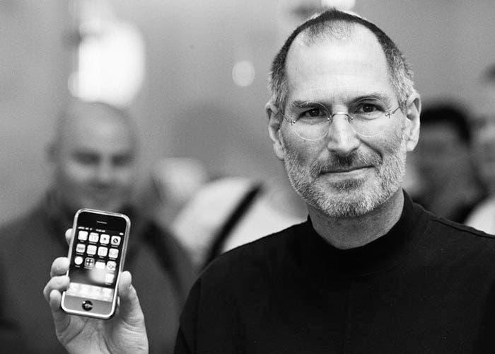Steve Jobs con un iPhone en la mano